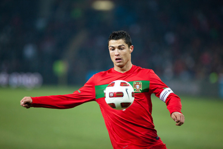 Christiano Ronaldo, ici sous le maillot du Portugal en 2011. Themeplus/Flickr, CC BY-SA