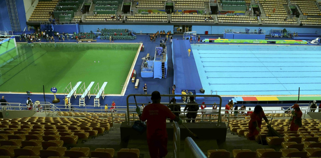 Going for green why rio 39 s swimming pools are changing colour for Why does a swimming pool turn green