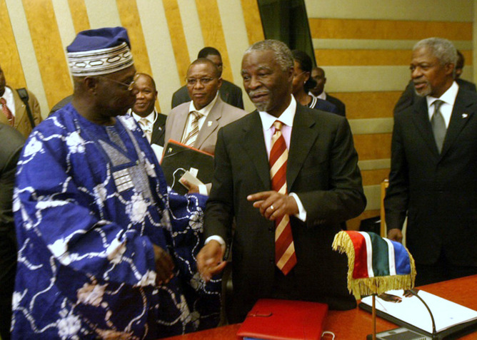 Then-Nigerian president Olusegun Obasanjo talks with South Africa's then-president Thabo Mbeki in 2006. Foto: Reuters